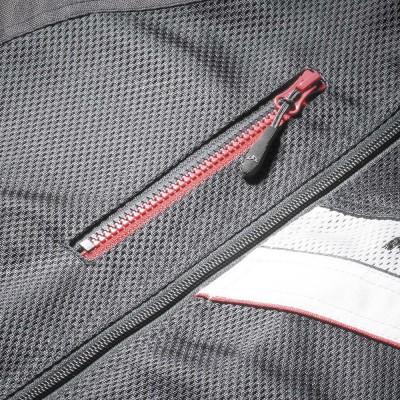 右胸に縦使いのファスナーポケットを装備。