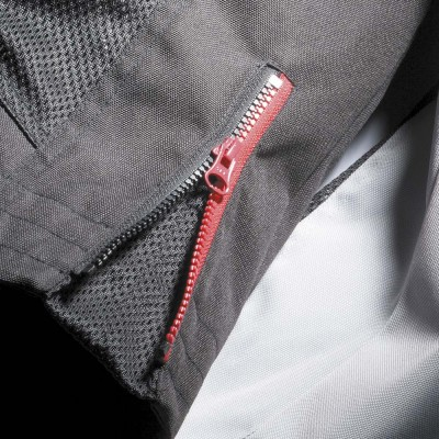 腰裾にはアジャストファスナーを装備。