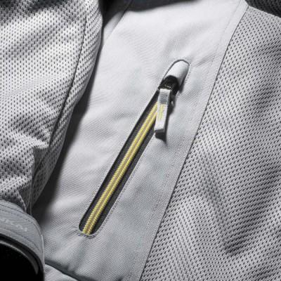 脇ポケットにはカラーファスナーを装備。