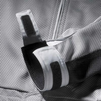 袖口に幅が広めの面ファスナーを使用。