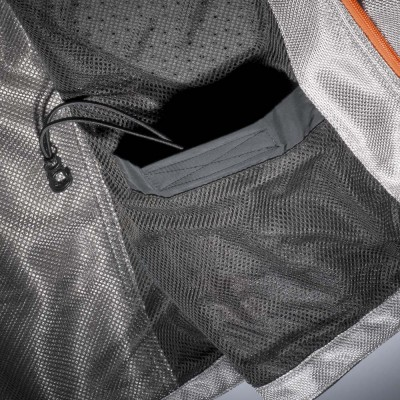 ドローコード付き内ポケットを装備。