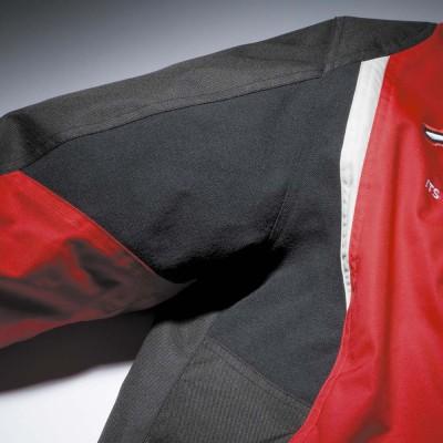 肩周りには伸縮素材を使用。動きやすくタイト感を軽減。