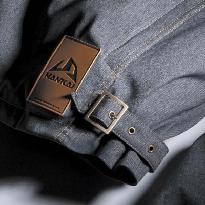 腰裾にはアジャストベルトを装備。
