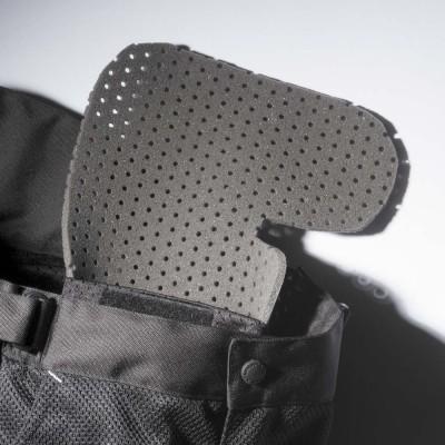 腰には着脱できるウレタンパッドを装備。