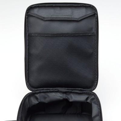 トップカバー上部の裏面にはメッシュポケットを配置