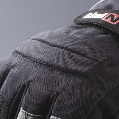 ナックル部のパッドは二分割で装着。グリップが握りやすい。