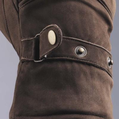 ボタン式のフィッティングベルトを採用。ディティールを重視。
