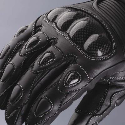 ナックル、各指にハードカーボンプロテクターを装着。
