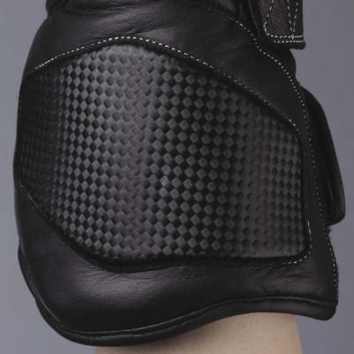 手首甲側のウレタンパッドが安全性をアップ。
