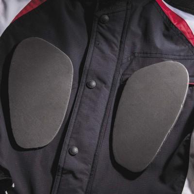 肩・ヒジ・背中・胸には着脱できるウレタンパッドを標準装備。