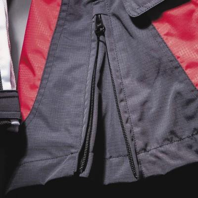 裾サイドにジッパー付きのガセット(マチ)を装備。