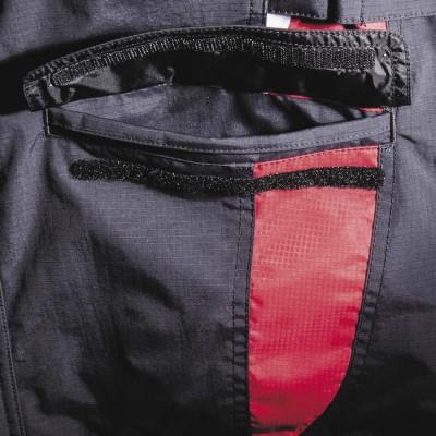 フラップ付きの大型ポケットは使い勝手抜群。