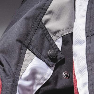 袖部分にバタつき防止のベルトを装備。