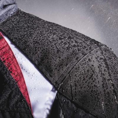 防水仕様で雨天時のライディングも快適。(ポケットは非防水)