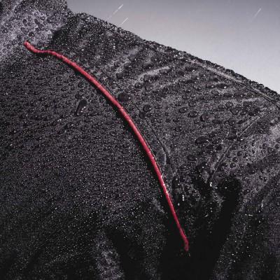 表面に撥水加工、表生地裏側にはPU加工を施し急な雨にも対応。(ポケットは非防水)