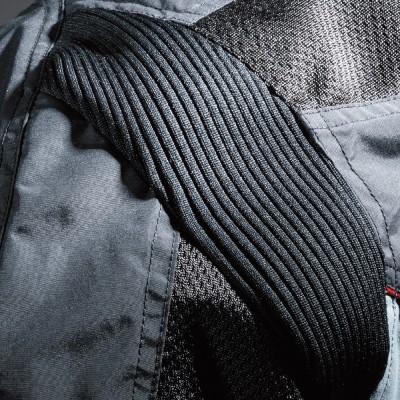 伸縮性・通気性に優れた素材「アコーディオ」を肩周りとヒジ部に採用。ライディング時の着心地や運動性をアップ。