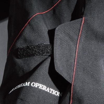 """背面ウエスト部には新たに""""ウイングアジャスト""""を採用。着用後容易にフィット感を変更できる装備。"""