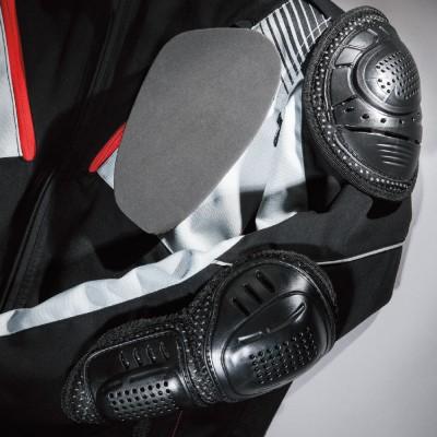 肩・ヒジには着脱可能なハードプロテクター、胸には着脱可能なウレタンプロテクターを標準装備。