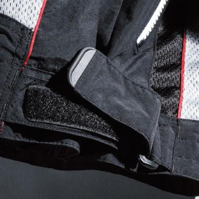 腰部にはバタつき防止ベルトを装着。
