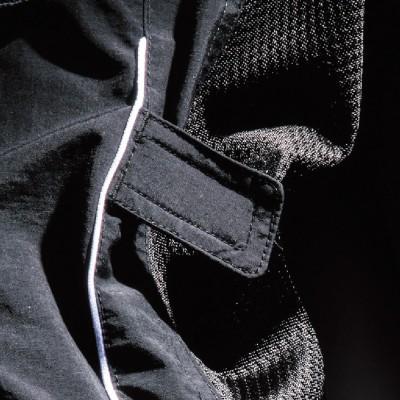 腕部にはバタつき防止ベルトを装着。