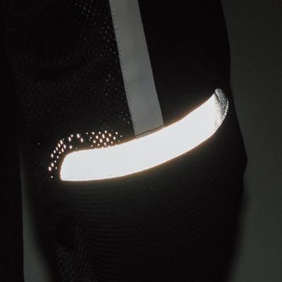 ヒジ部には反射プリントを装着し、被視認性をアップ。