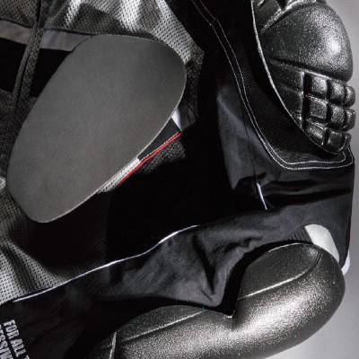 肩・ヒジ・胸には着脱可能なプロテクターを標準装備。