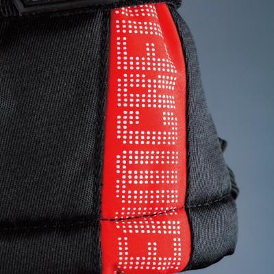 手首カフス部に「TEAM CREW」のロゴを配置。