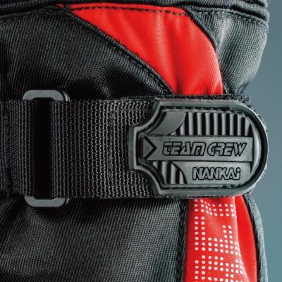 手首部のベルトを締めれば、外気の侵入を防ぎ暖かさを逃がさない。