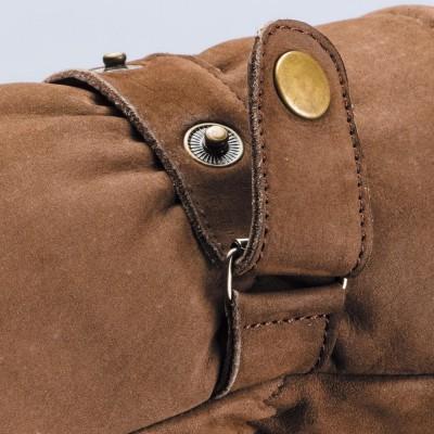 デザインにアクセントを加えるボタン式のフィッティングベルト。