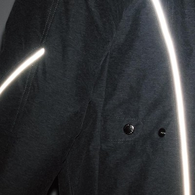 腕、背中に反射パイピングを装着し、夜間の被視認性が向上。