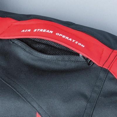 肩のスリットが開閉可能。走行風を取り入れられ快適性がアップ。