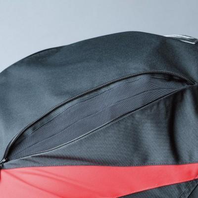 腕背面にファスナー開閉のマチを設け、ライディングポジションの自由度がアップ。