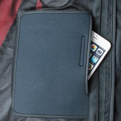 左胸内側にソフトシェルタイプの内ポケットを装備。大型スマホを収納可能。