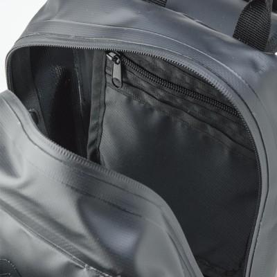 メイン気室の開閉は止水タイプファスナーを使用。内にジッパー付きポケットを装備。