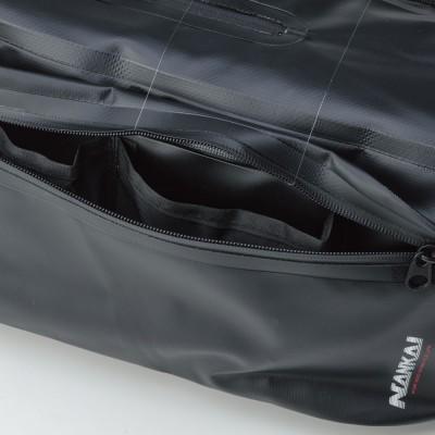 サブポケットの開閉にも止水タイプファスナーを使用。内にポケットを装備。