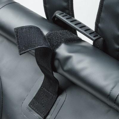 開口部のメインホールドには大型面ファスナーを採用。開口部をしっかりクローズ。