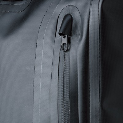 全面左右に大型ポケットを装備。止水ファスナーで、水の浸入を防ぐ。