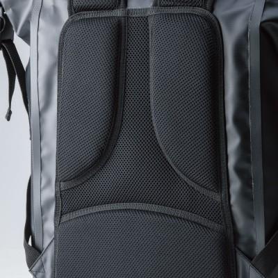 背中に当たる部分には大型メッシュパッドを採用。季節を問わず快適に使用可能。