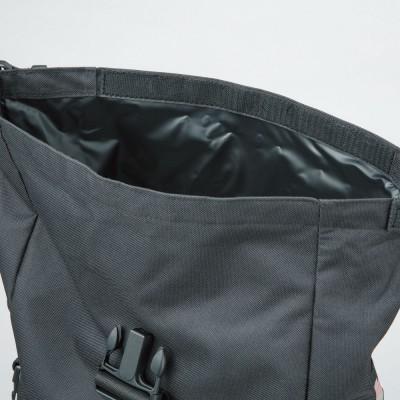 ビッグサイズの開口部には面ファスナーを装着し、水の浸入を防ぐ。
