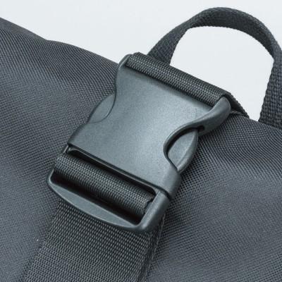 開口部を閉じロールアップ後、センターバックルを閉じれば、さらに荷物が濡れにくく安心。