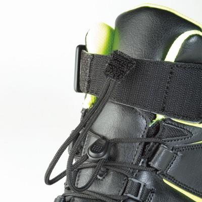 シューレース先端は足首の面ファスナーと固定できる。シューレースをスマートに収めてゆるみにくい。