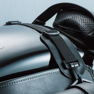 左右のバッグをつなぐ振り分けベルトは、長さの調節ができる。