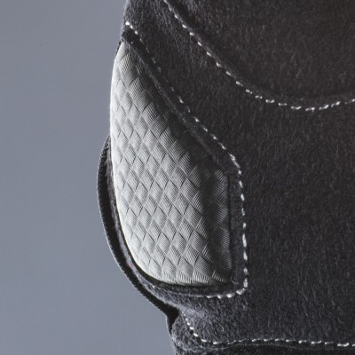 掌底部のパッドがアクシデント時に威力を発揮。