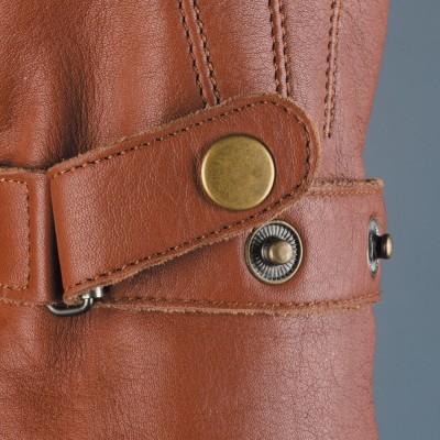 手首のボタン式ホールドは、ルーズ、タイトを好みでチョイス可能。