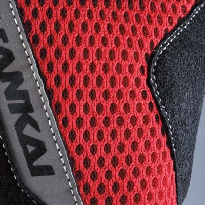 メッシュ素材を多用することで、快適な装着感をキープ。