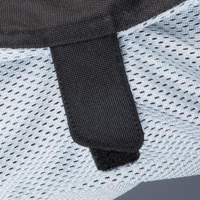 腕部分とウエスト部分の面ファスナーでバタつきを防止。