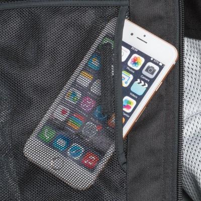 大型スマホも入れることができるインナーポケットを装備。
