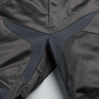 股、ヒザにストレッチ素材「ライクラ」を使い、ライディングポジションの自由度をアップ。
