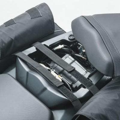 シート下で2本のベルトを使い車体に仮固定。