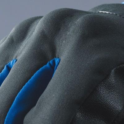 甲側のナックルプロテクターは、内蔵して装着し安全性を向上。